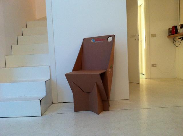 città sostenibile ecomondo: sedia di cartone